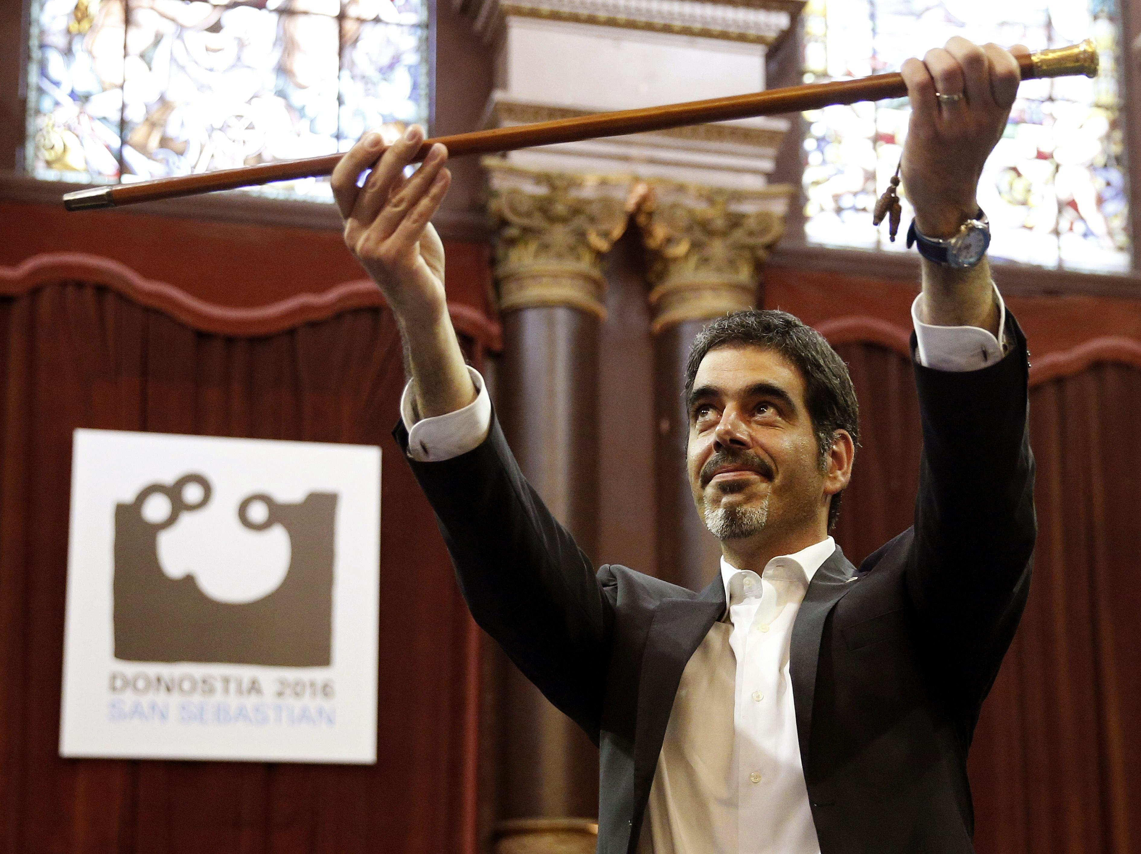 Eneko Goia, cabeza de lista del PNV, sostiene el bastón de mando tras ser elegido hoy alcalde de la capital guipuzcoana. EFE/Javier Etxezarreta