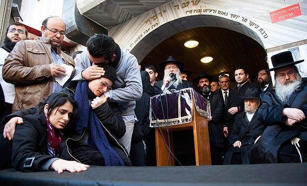 La madre y la  hermana de Yoav Hattab, una de las víctimas de los atentados en París, durante el entierro en Jerusalén. Foto:  REUTERS/Nir Kafri