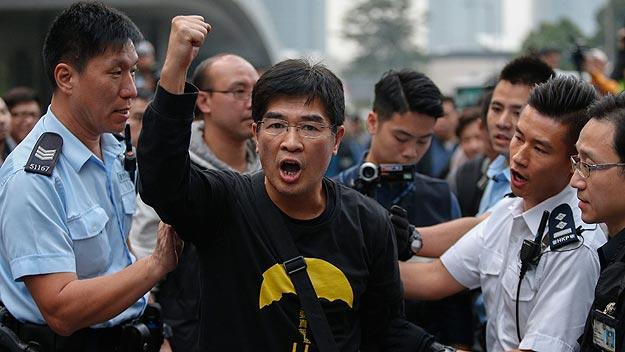 Manifestante evacuado por la Policía en Admiralty, en Hong Kong. Foto: REUTERS/Athit Perawongmetha
