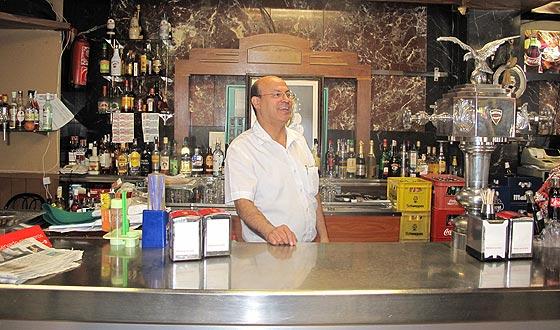 Hernán lleva diez años al frente del bar