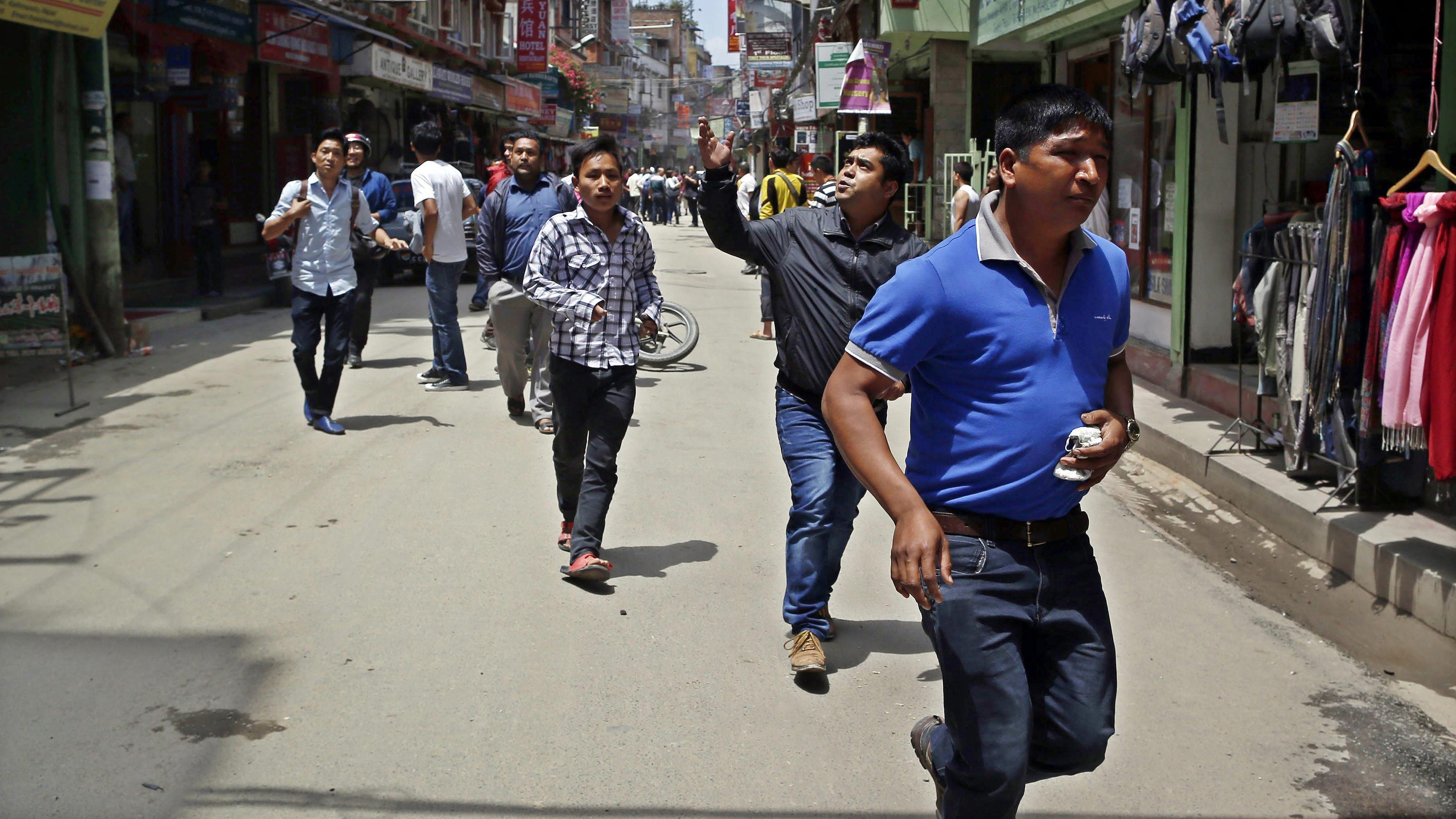 Nepalíes buscan un lugar seguro en Katmandú tras el terremoto. Foto: EFE/Mast Irham
