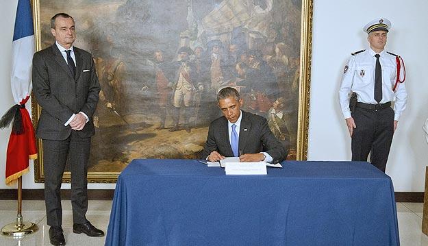 El presidente de EE.UU., Barack Obama, firma en el libro de condolencias de la embajada de Francia en Washington. Foto: EFE/Ron Sachs