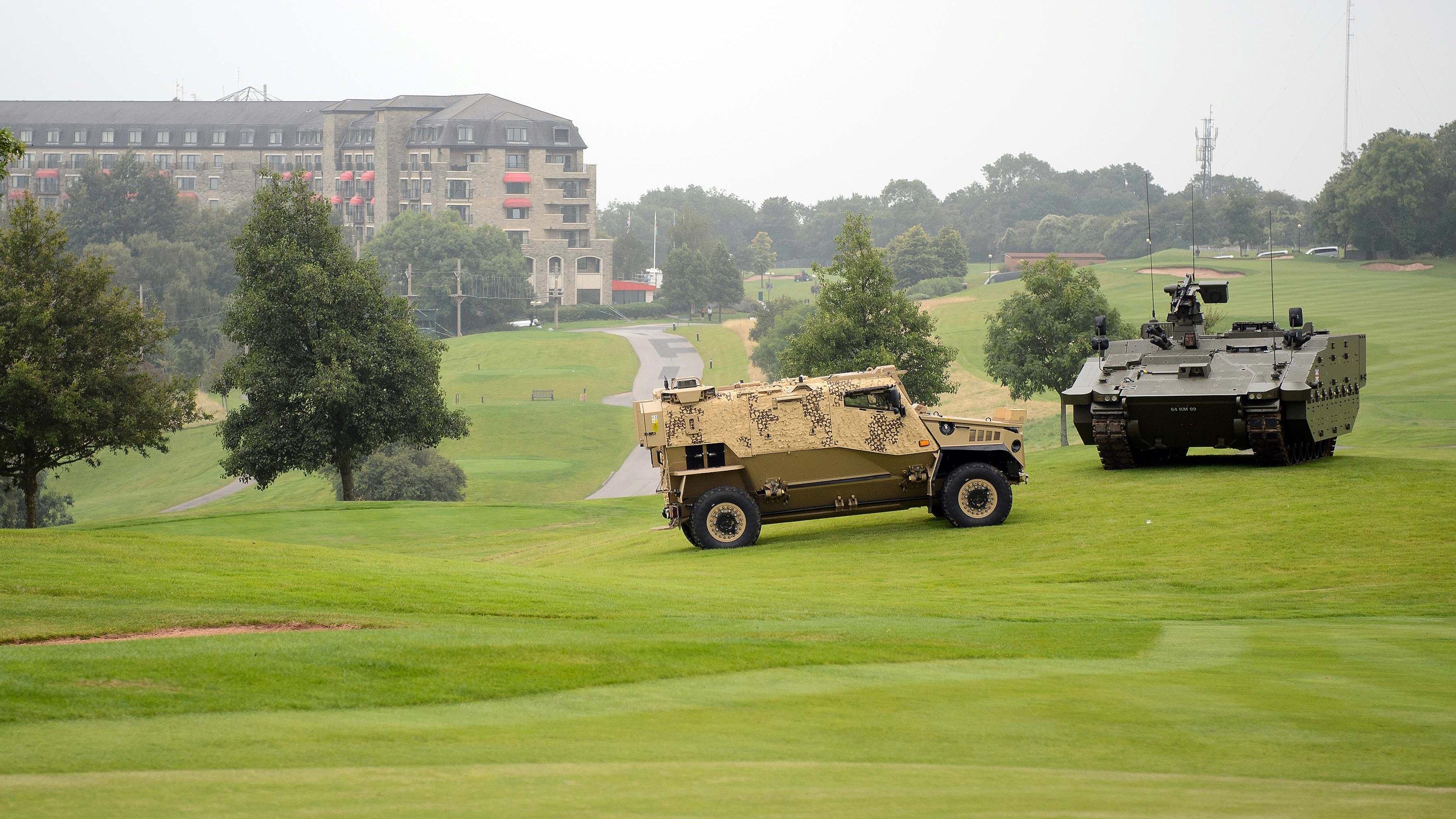 Vehículos blindados en el campo de golf del hotel Celtic Manor, en Newport, Reino Unido, donde se celebra la cumbre de la OTAN. Foto: EFE/Alberto Martín