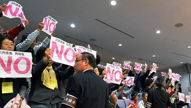 Protesta en la asamblea de la prefectura de Kagoshima por la reapertura de dos reactures nucleares en Sendai.  Foto: AFP PHOTO / JIJI PRESS
