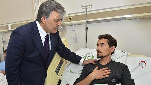 El presidente de Turquía, Abdulá Gul, visita a los mineros heridos en Soma. Fotografía: EFE/Oficina de prensa de la presidencia turca