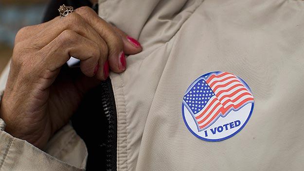 Un votante de Ferguson, Misuri, exhibe una pegatina que acredita que ha votado en las legislativas de EE.UU. Foto:  Scott Olson/Getty Images/AFP