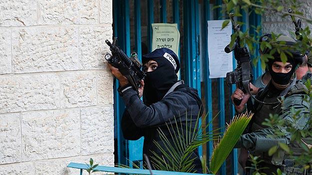 Policías israelíes registran la sinagoga donde se ha producido el atentado, en Jerusalén. Foto: REUTERS/Ronen Zvulun
