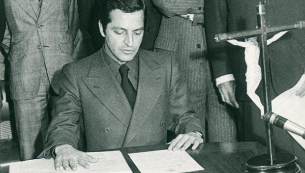 Entra en el Gobierno de Arias Navarro