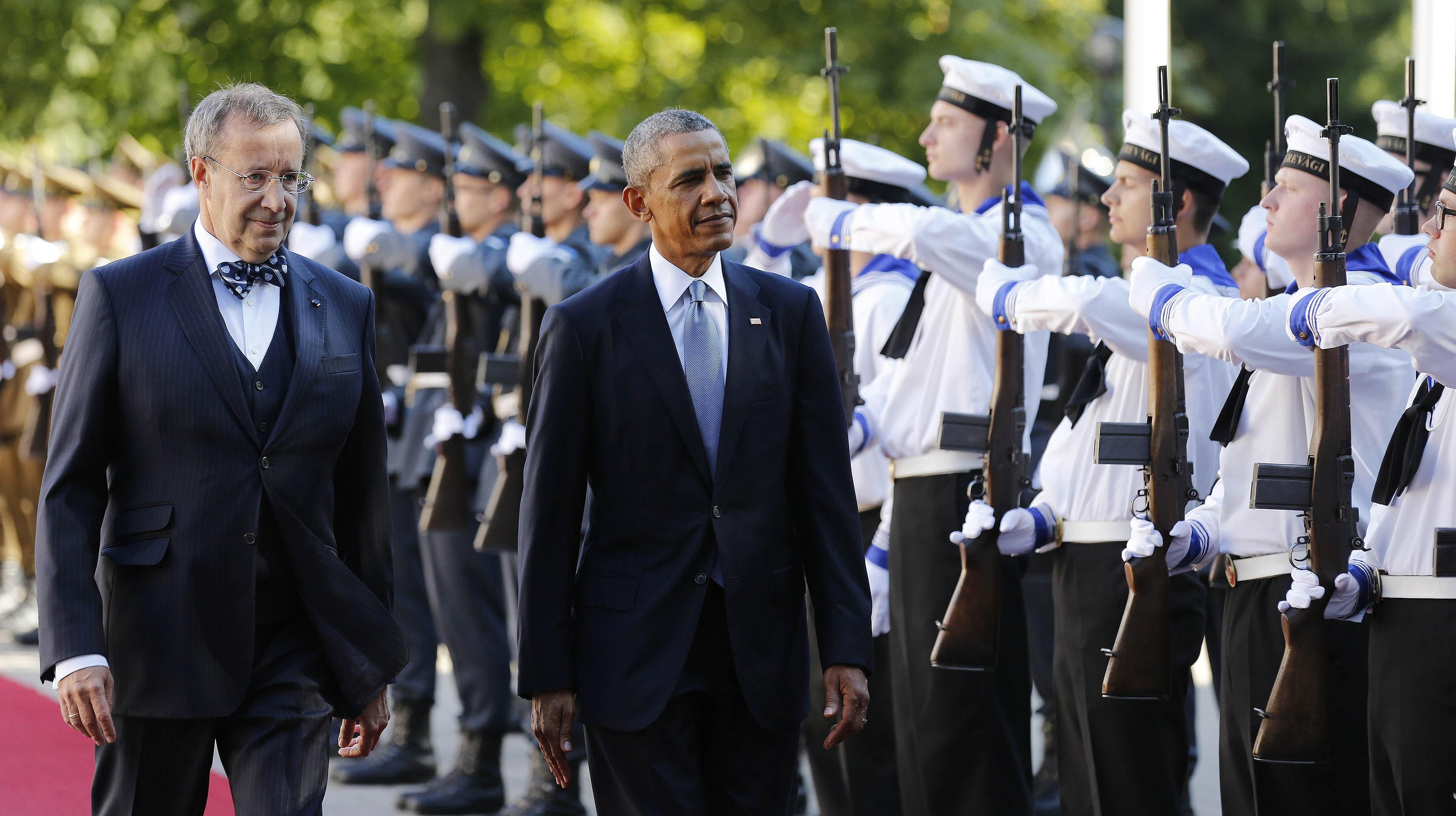 El presidente de EE.UU., Barack Obama, pasa revista a las tropas a su llegada a Tallin junto a su homólogo estonio, Toomas Hendrik Ilves