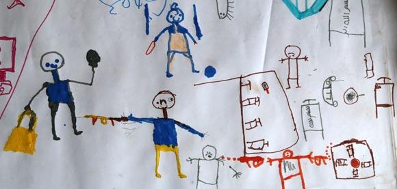 Dibujo realizado por Umar, un niño refugiado en un campamento de Unicef en Chad. Muestra a los asaltantes disparando contra los niños y la escuela. Foto: Unicef