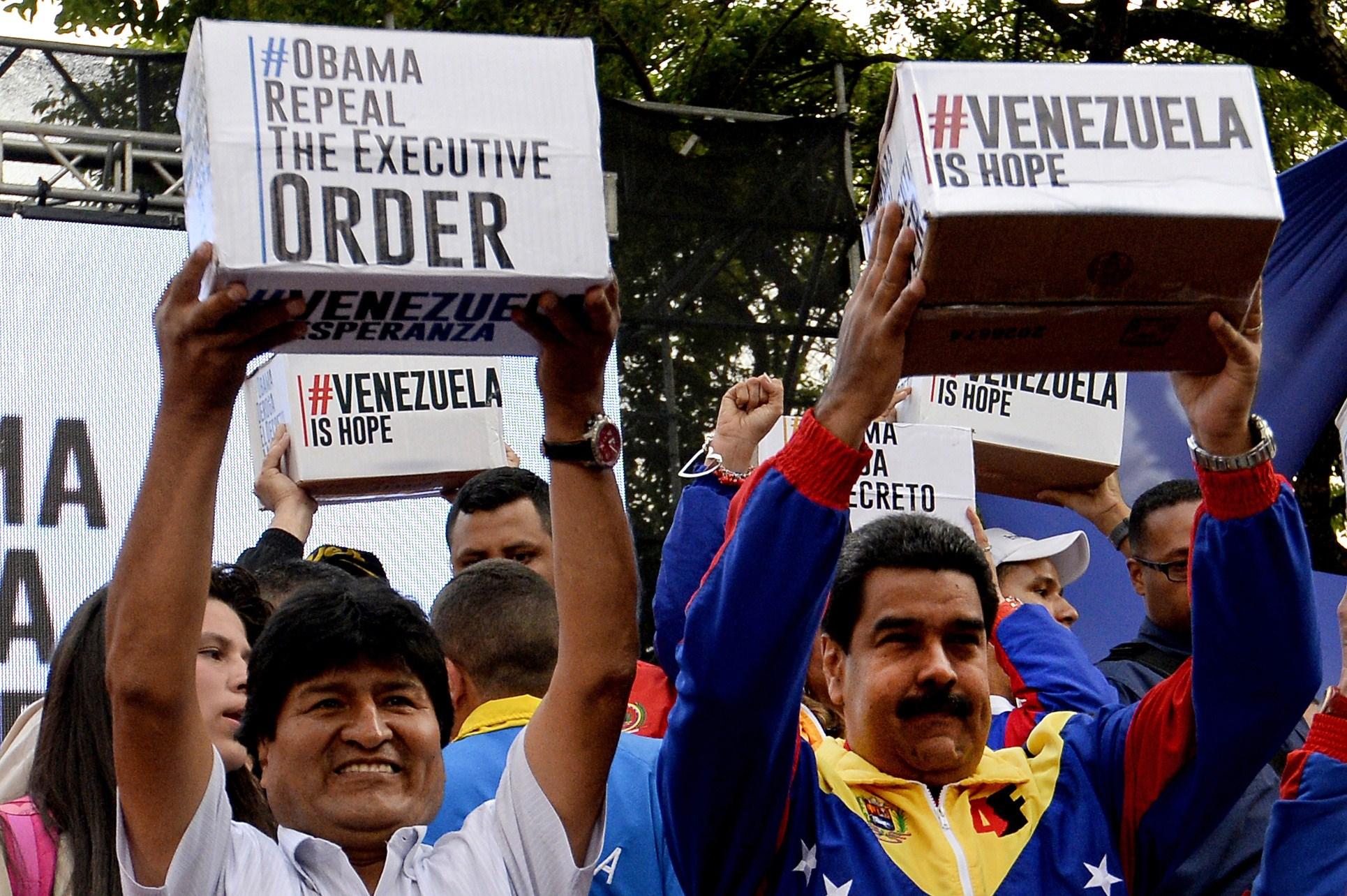 Evo Morales y Nicolás Maduro presentan en Caracas las firmas recogidas para pedir que EE.UU. levante las sanciones contra VenezuelaFoto: AFP PHOTO/FEDERICO PARRA