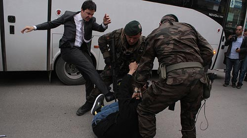 Yusuf Yerkel, asesor del primer ministro turco, Recep Tayyip Erdogan, da una patada a un familiar de los mineros fallecidos en Soma. Fotografía: EFE/Depo Photos