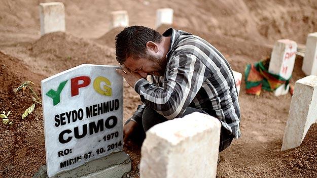 Suruc, Turquía: funeral por milicianos del YPG muertos en la defensa de Kobani.Foto: AFP/ARIS MESSINIS