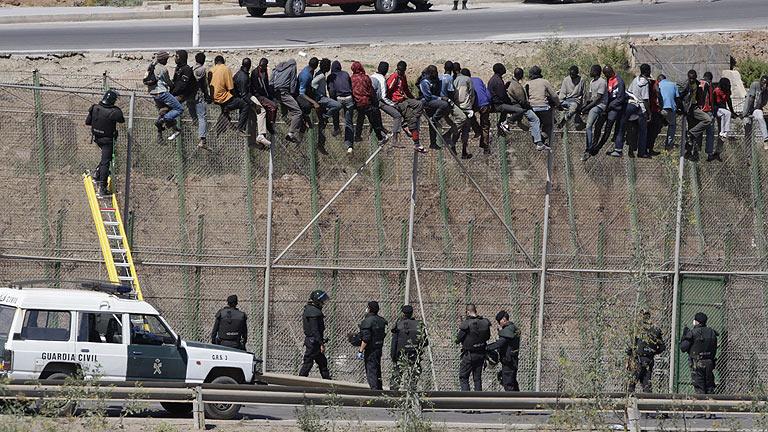Migrantes subsaharianos intentan cruzar la frontera hispano-marroquí en Melilla