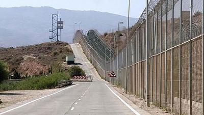 Doble valla alambrada en la frontera entre Ceuta y Marruecos