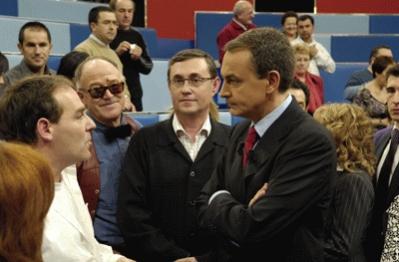 Zapatero charla con los ciudadanos al terminar el programa