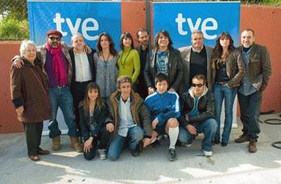 Javier Pons junto a los directores y el elenco de la serie.