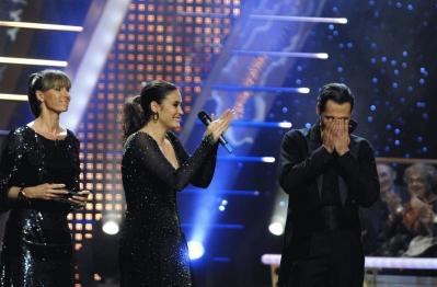 Anne Igartiburu y Vicky Martín Berrocal felicitan al ganador, emocionado