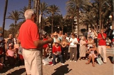 Un grupo de pensionistas de viaje en Benidorm