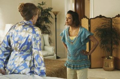 Gaby en su casa con una clienta de Carlos