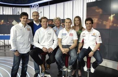 Ainhoa Arbizu y Ernest Riveras con los comentaristas de TVE y los pilotos Gibernau, Lorenzo y Elías.