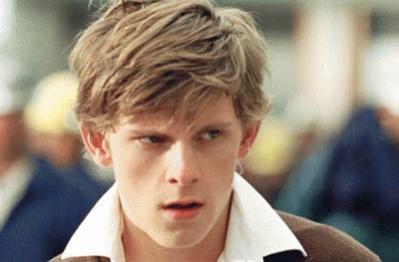 El actor Jamie Bell da vida a Dick, un chico de un pueblecito americano del medio oeste
