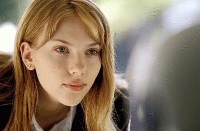 Scarlett Johansson es Charlotte, la joven esposa de un fotógrafo.